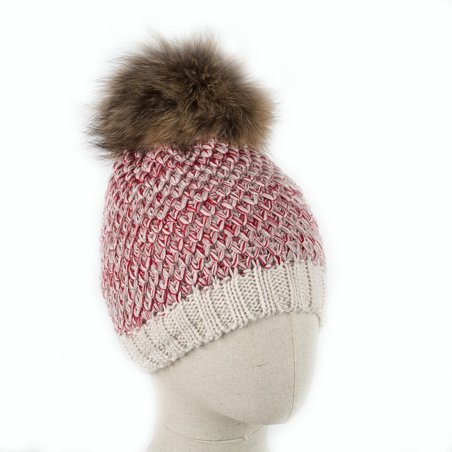 Bonnet ANAPURNA laine rouge beige blanc cassé pompon en fourrure naturelle de finnraccoon qualité polaire taille unique tricoter grossiste importateur vente en gros dt collection direct tannerie