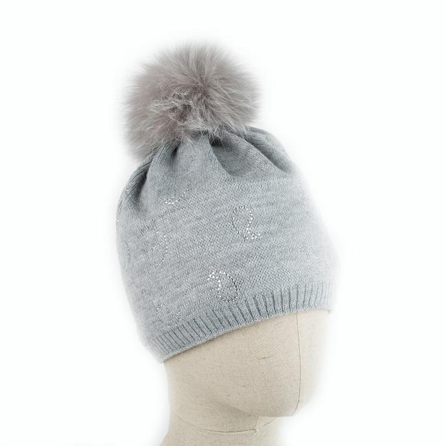 Bonnet BATURA en laine gris clair pompon fourrure naturelle renard gris tricot gris grey strass goutte qualité intérieur polaire taille unique grossiste importateur vente en gros dt collection