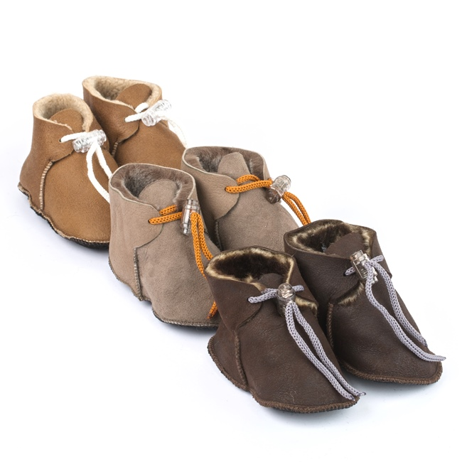 Chaussons bébé souple peau agneau double face intérieur fourré laine mouton dessus cuir beige camel marron garçon fille grossiste importateur négociant vente en gros