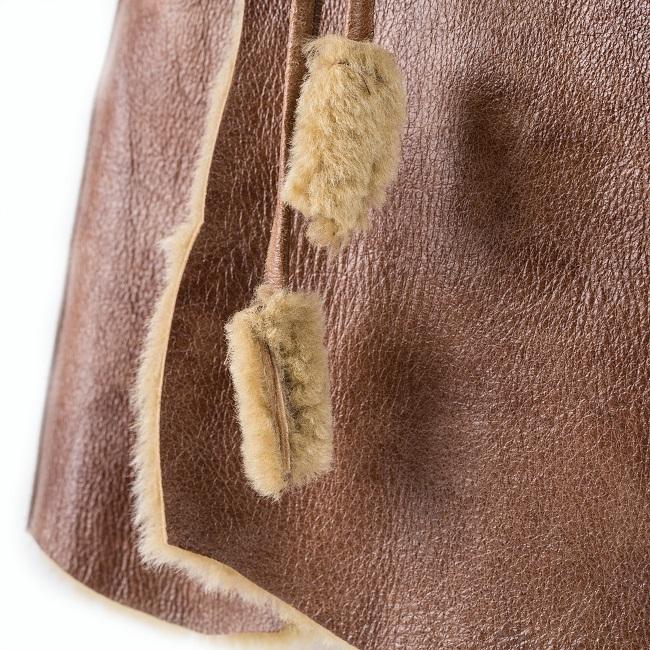 Gilet veste sans manches caramel marron clair brun en peau et fourrure naturelle d`agneau cuir de mouton double face lainage peau lainée dt collection grossiste importateur négociant direct tannerie