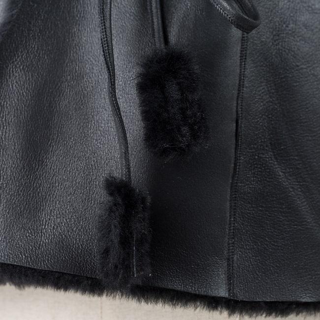 Gilet veste sans manches noir noire en peau et fourrure naturelle d`agneau cuir de mouton double face lainage peau lainée dt collection grossiste importateur négociant vente en gros