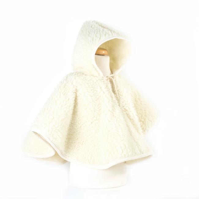 Poncho enfant en laine naturelle de mouton blanc écru beige intérieur doublé laine vierge cape à capuche lavable machine enfant naissance mariage cortège direct tannerie dt collection grossiste