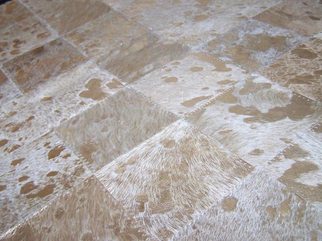 Tapis en patchwork peau de vache acidé or détails