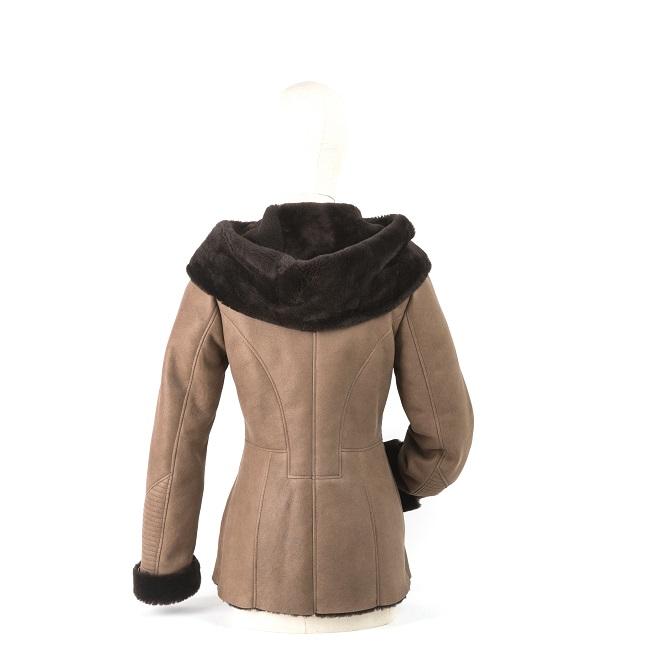 Veste femme ines en peau d`agneau double face fourrure mouton peau lainée cuir marron glacé fourrure laine marron foncé chocolat capuche direct tannerie grossite importateur vente en gros