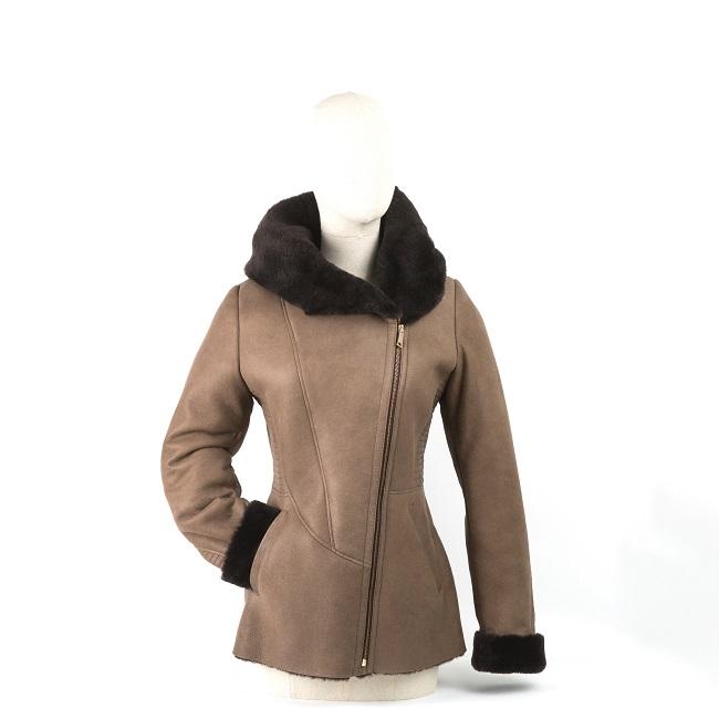 Veste femme ines en peau d`agneau double face fourrure mouton peau lainée cuir marron glacé laine marron foncé chocolat manteau court poche capuche direct tannerie grossite importateur